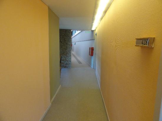 Design Suites Calafate: pasillo que lleva a la habitacion