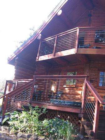 Columbia Gorge Riverside Lodge: Outside of Cabin, we had left seide