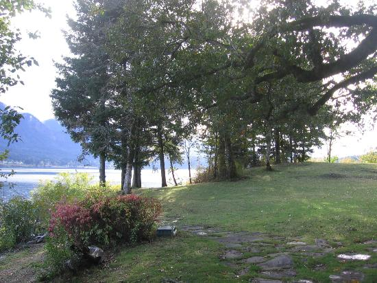 Columbia Gorge Riverside Lodge: Outdoor grounds will maintained