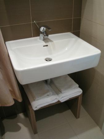 Algirdas City Hotels: Миниатюрная ванная