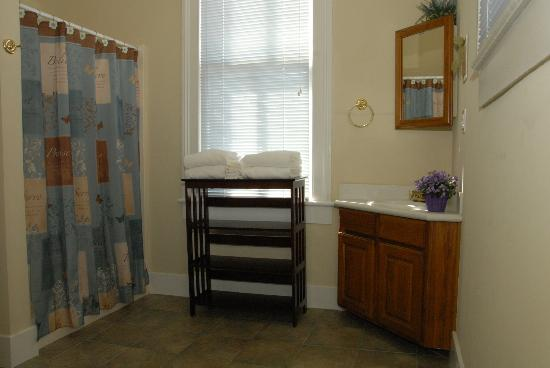 Coastal Dreams Bed & Breakfast: The Pacific Room Bath - Spacious