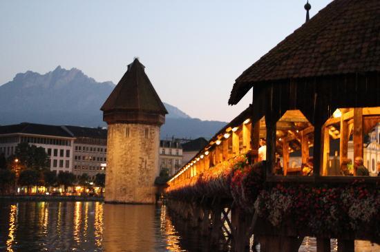 Guided City Tour of Lucerne: Vista del puente de la Capilla
