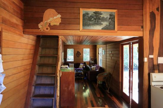Possum Valley Rainforest Cottages: Lounge & bedroom 3 access