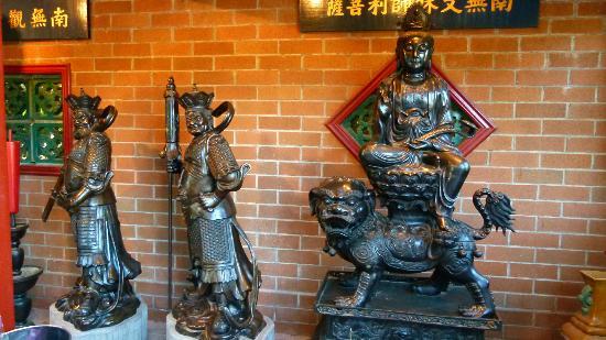 International Buddhist Society (Buddhist Temple) : statues
