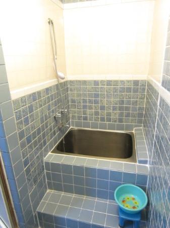 Manago Hotel: 洗い場有なお風呂(写真撮った背中にシャワーがあります)