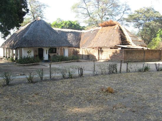 Sambani Lodge: Restaurant/bar getting a new roof