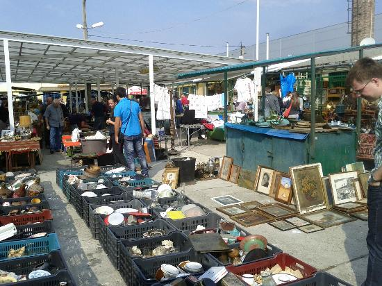 Ecseri Flea Market (Ecseri bolhapiac) : A sunny and warm day at the Ecseri Flea Market