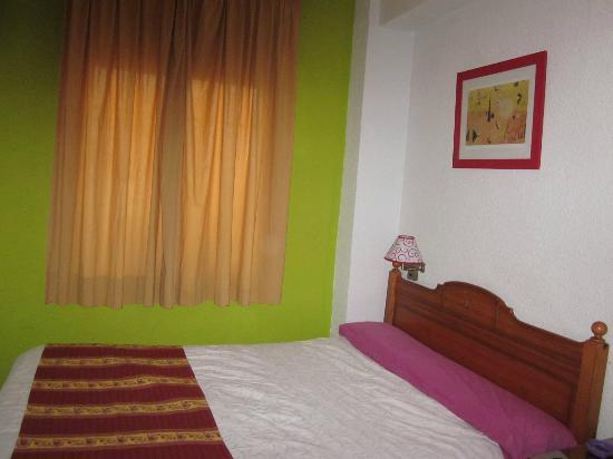 Hostal Nuevas Naciones : colorful room