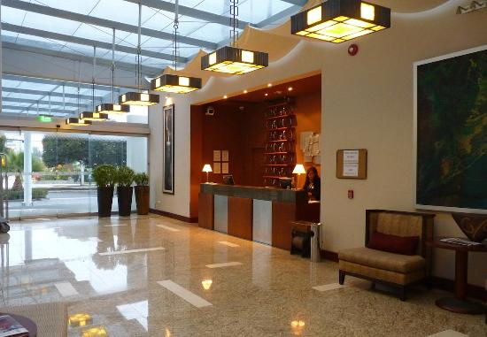 Holiday Inn Express Quito : Entrance, lobby and reception desk