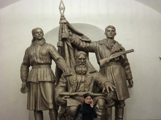 Moscow Metro: Statue in the metro: fighting for our cause