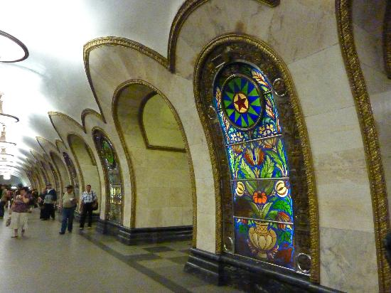 Metropolitana di Mosca: Stained glass at this stop