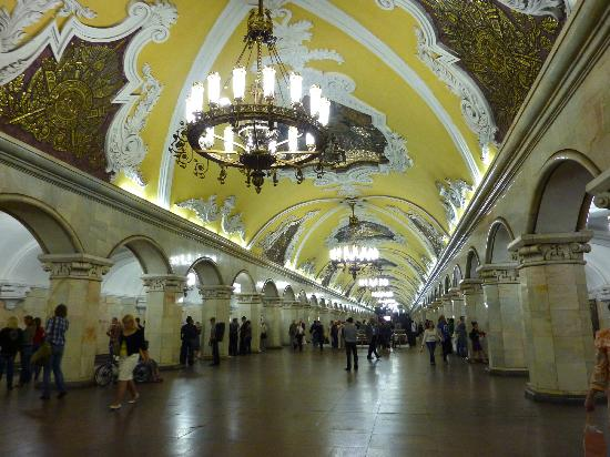 Moscow Metro: Another view of the yellow chandelier stop