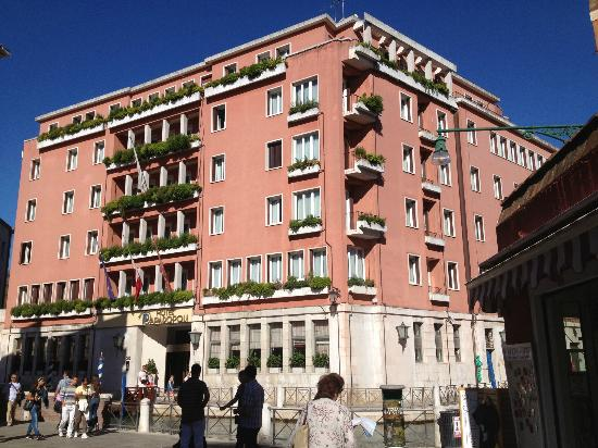 Hotel Papadopoli Venezia MGallery by Sofitel: hotel front on canal 
