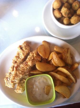 Steak fingers with gravy, fries & a side of fried okra : fotografía ...