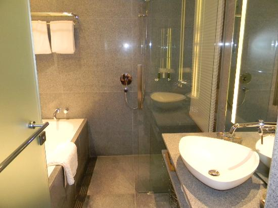 Oasia Hotel Novena, Singapore by Far East Hospitality: Bath & shower