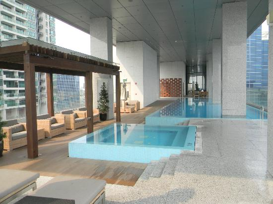 Oasia Hotel Novena, Singapore by Far East Hospitality : Club lounge jacuzzi & pool (22nd floor)