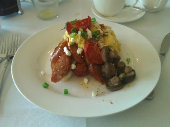Edgelinks Country House: My Breakfast Spicy Sausage with Scrambeled Eggs, Mushrooms, fetta cheese and tomatos (Amazing!)