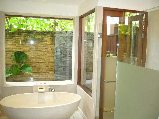 Baan Saleah Phuket : Ensuite/outdoor shower