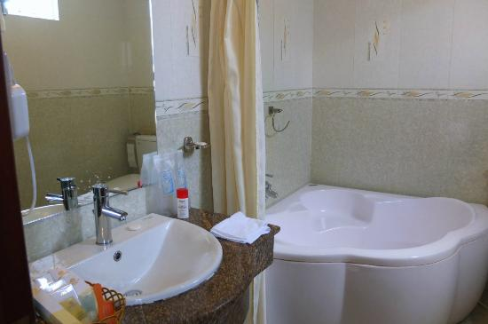 Tan Hoang Long Hotel: Bathroom