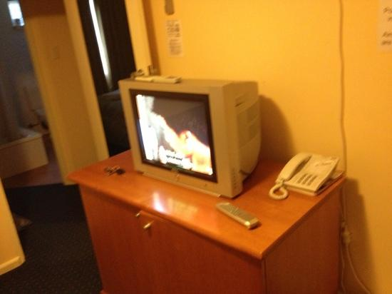 The Continental Hotel Phillip Island: outdated television