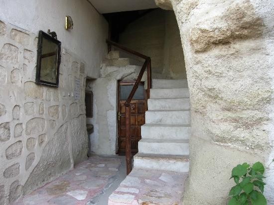 Yasin's Place Backpackers Cave Hotel: staircase