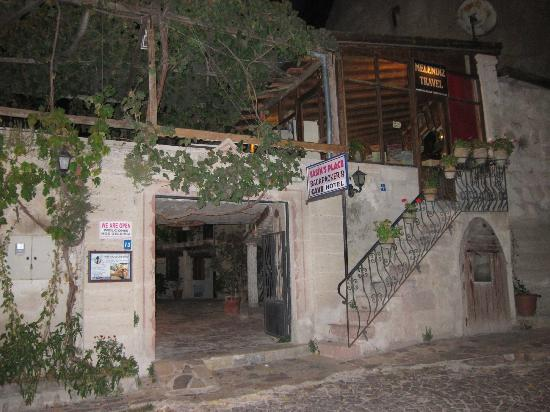 Yasin's Place Backpackers Cave Hotel: reception