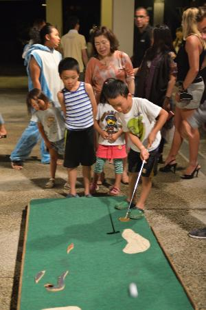 Club Med Kabira Beach: Golf putting night