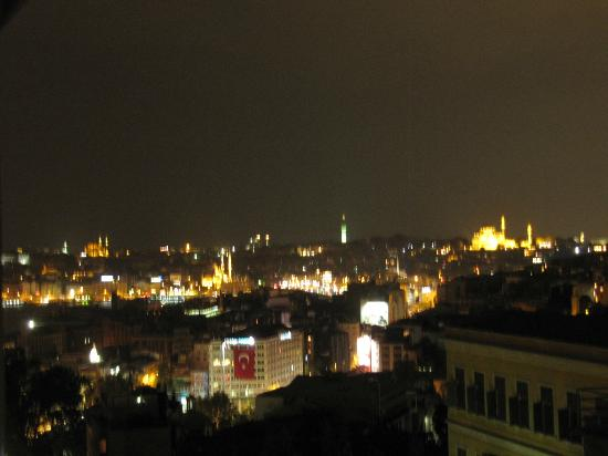 Witt İstanbul Hotel: Night time view from room on 5th floor