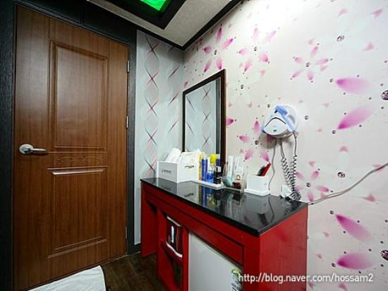 Dongbang Tourist Hotel: Table with Mirror