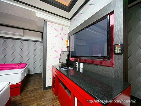 Dongbang Tourist Hotel: Wide TV