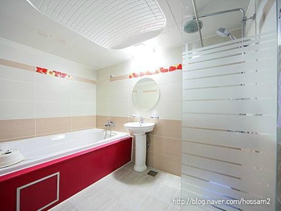 Dongbang Tourist Hotel: Bathroom