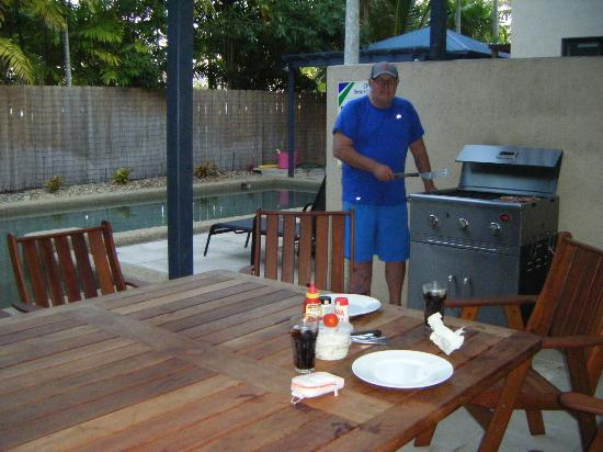 Nautilus Holiday Apartments: Rog bbqing by the pool