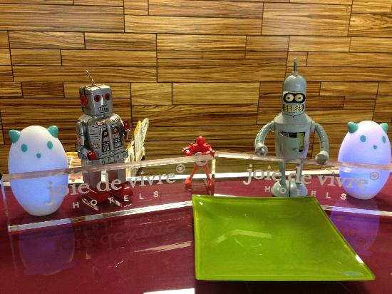 Avatar Hotel, a Joie de Vivre hotel: Little Robots all over the Lobby
