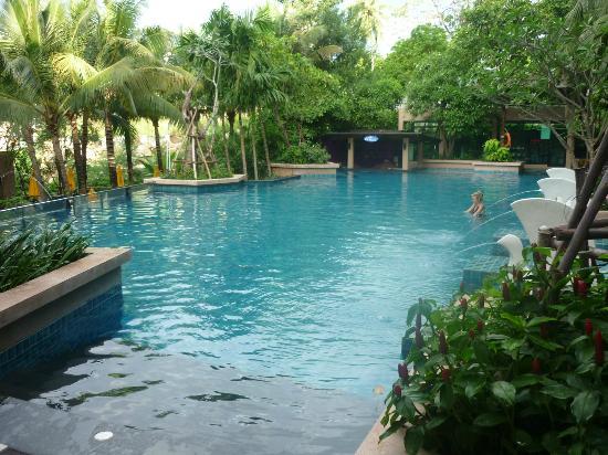 Novotel Phuket Kata Avista Resort and Spa : upper pool with bar in far corner