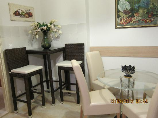 S&L Guesthouse: dining area