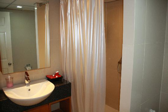 I Residence Hotel Sathorn: The shower