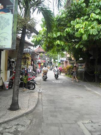 Bali Sorgawi Hotel: Улица Jalan Legian