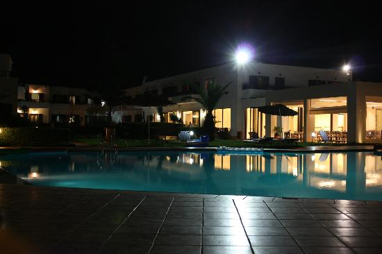 Geraniotis Beach Hotel: pool and canteen in the night