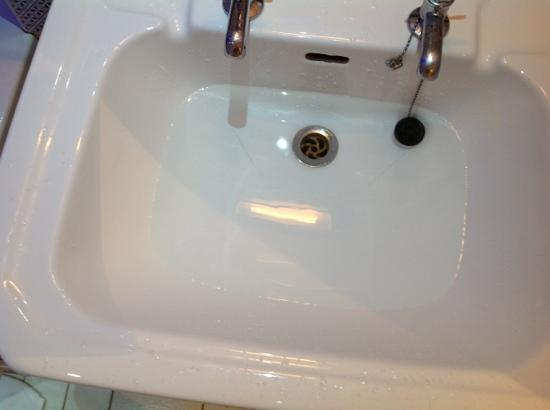 BEST WESTERN Oaks Hotel & Leisure Club: sink that doesn't drain properly with large crack