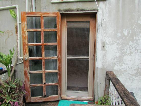 PAUSE Hostel: Outer door + screen door.