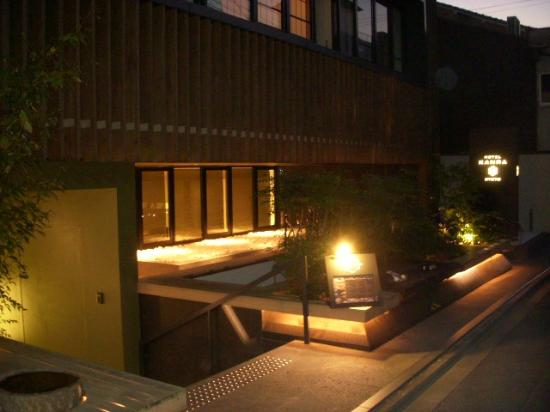 Hotel Kanra Kyoto: Entrance to hotel at night