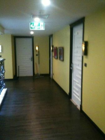 Skyy Hotel: Hallway to the rooms