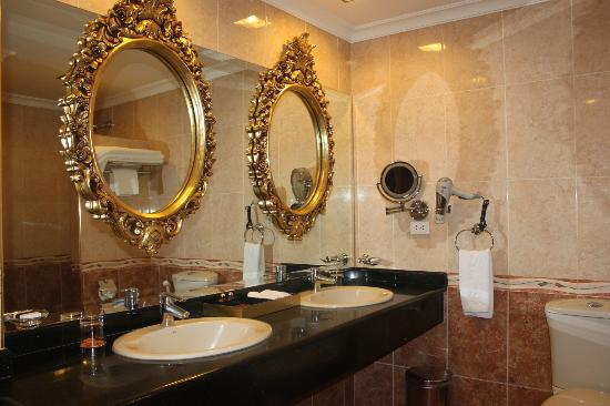 Angeles Beach Club Hotel: mirror, mirror