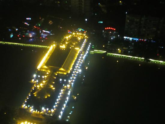 Shangri-La Hotel Chengdu: Nearby bridge.