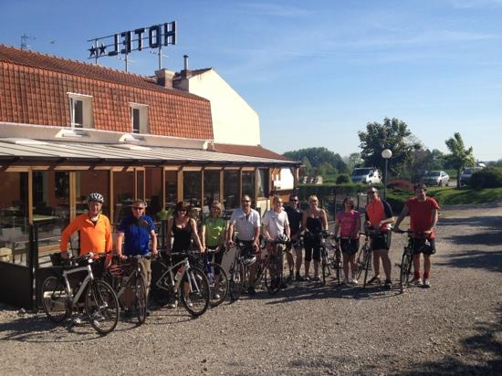 Bal Parc Hotel: hotel bal - our cycling group with restaurant in background