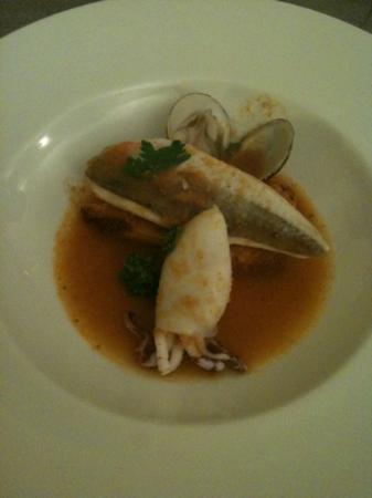 Gallinella, calamaretto farcito e tartufi di mare in brodetto di pesce con pan di Spagna ai cros