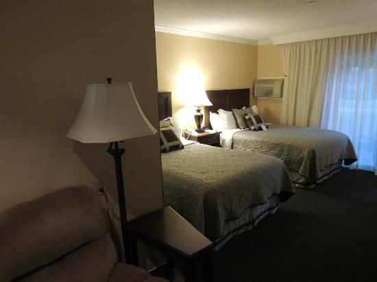 BEST WESTERN PLUS Pepper Tree Inn: Bedroom/Lounge