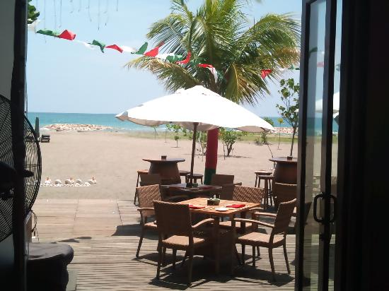 Ramada Bintang Bali Resort : Restaurant/Beach view
