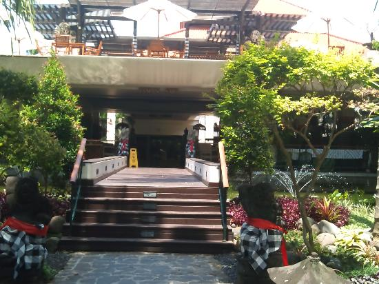 Ramada Bintang Bali Resort: Heading up to breakfast