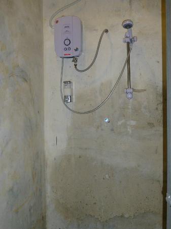 Raizzy's Guesthouse: Shower